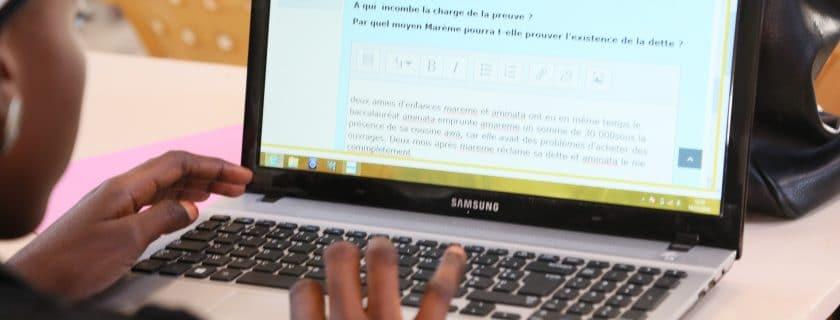 Un étudiant un ordinateur 2017