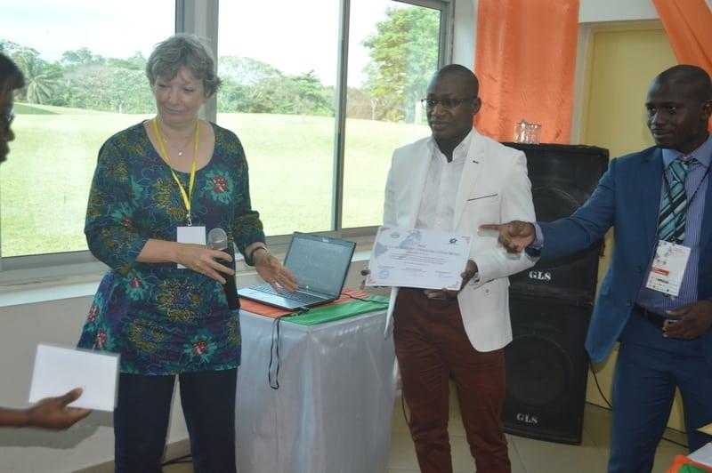Professeur Nathalie LEMARCHAND, Vice-Présidente de l'Union Géographique Internationale (UGI), et Dr. Ibrahima Sylla qui a remporté le Prix de la Meilleure Communication au Colloque International sur le Numérique, - Abidjan le 26 octobre 2017